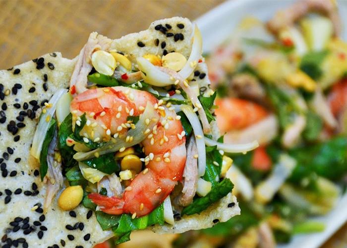 Gỏi tôm mực nấm ăn cùng bánh đa