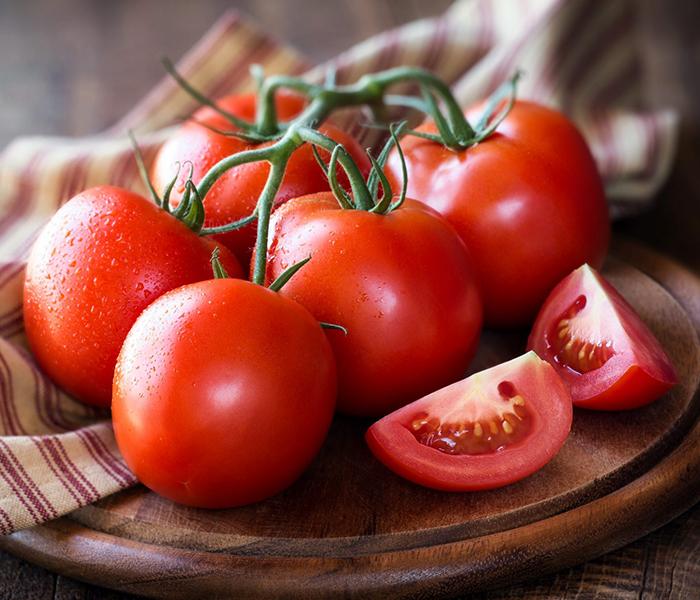 cà chua bổ múi cau hoặc thái hạt lựu