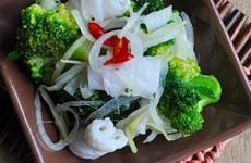 Mực trộn bông cải ngon, lạ miệng
