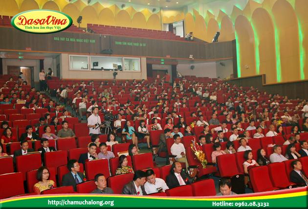 Hội trường nhà hát Âu Cơ chật cứng khán giả đến cổ vũ
