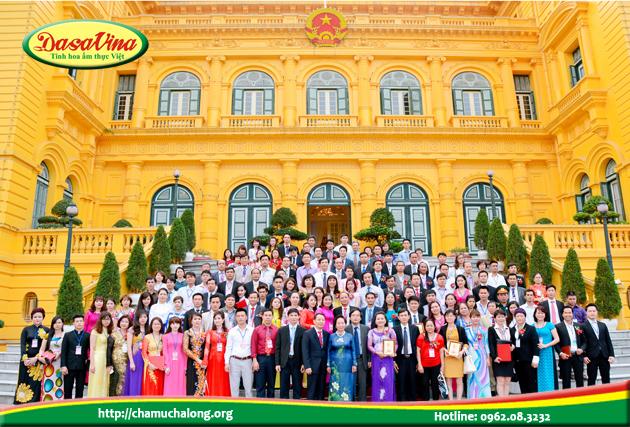 Ông Nguyễn Bá Toàn và các lãnh đạo các doanh nghiệp xuất sắc 2015 chụp ảnh lưu niệm với phó chủ tịch nước Nguyễn Thị Doan tại Phủ Chủ Tịch