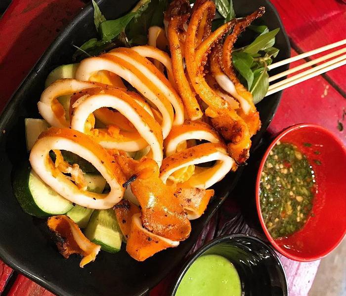 Mực nướng chảo cay chấm muối ớt xanh