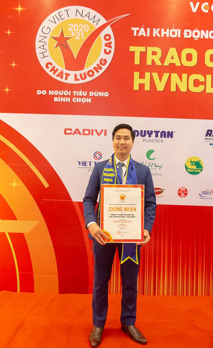 CEO Nguyễn Bá Toàn - người sáng lập công ty Dasavina nhận giải thưởng Hàng Việt Nam Chất lượng cao về đặc sản chả mực